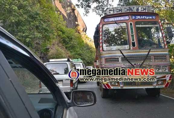 ಚಾರ್ಮಾಡಿ ಘಾಟ್ನಲ್ಲಿ ಟ್ರಾಫಿಕ್ ಜಾಮ್..!